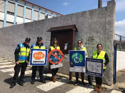 """Esta mañana el Poli Paco visitó el CEIP A Florida con su proyecto """"las señales del Poli Paco""""."""