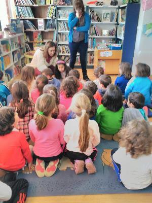 Alumnado del CEIP O Cruceiro visita la biblioteca de Vilalonga